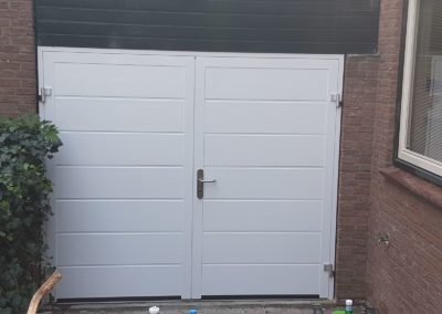 Openslaande garagedeur NT60-2 met M-profilering Woodgrain in Ral 9016