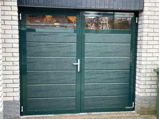 Openslaande garagedeur groen met glas
